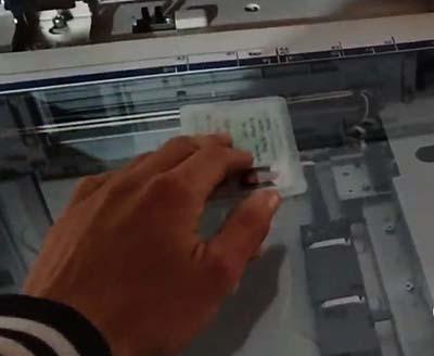 Lật mặt chứng minh thư để photo mặt thứ hai